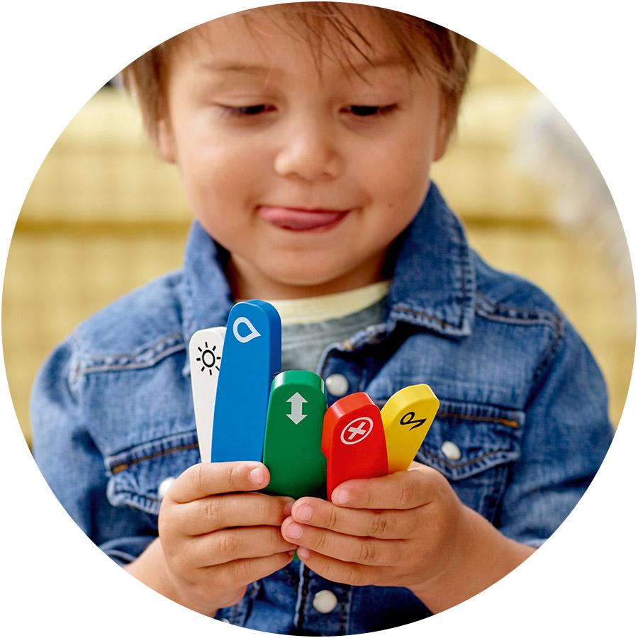 Допоможіть дитині розташувати п'ять кольорових функціональних цеглинок на доріжках