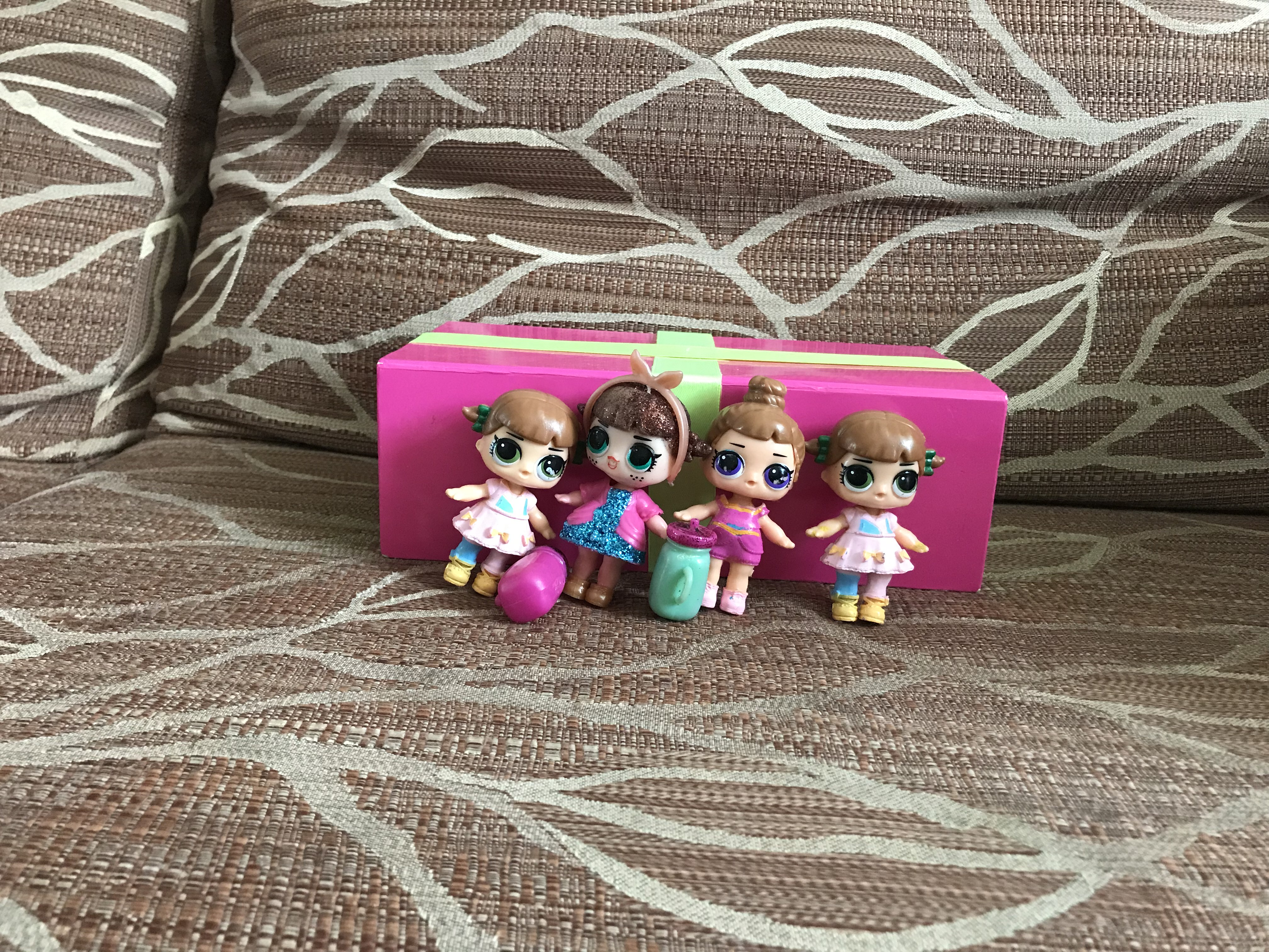 ляльки LOL на дивані