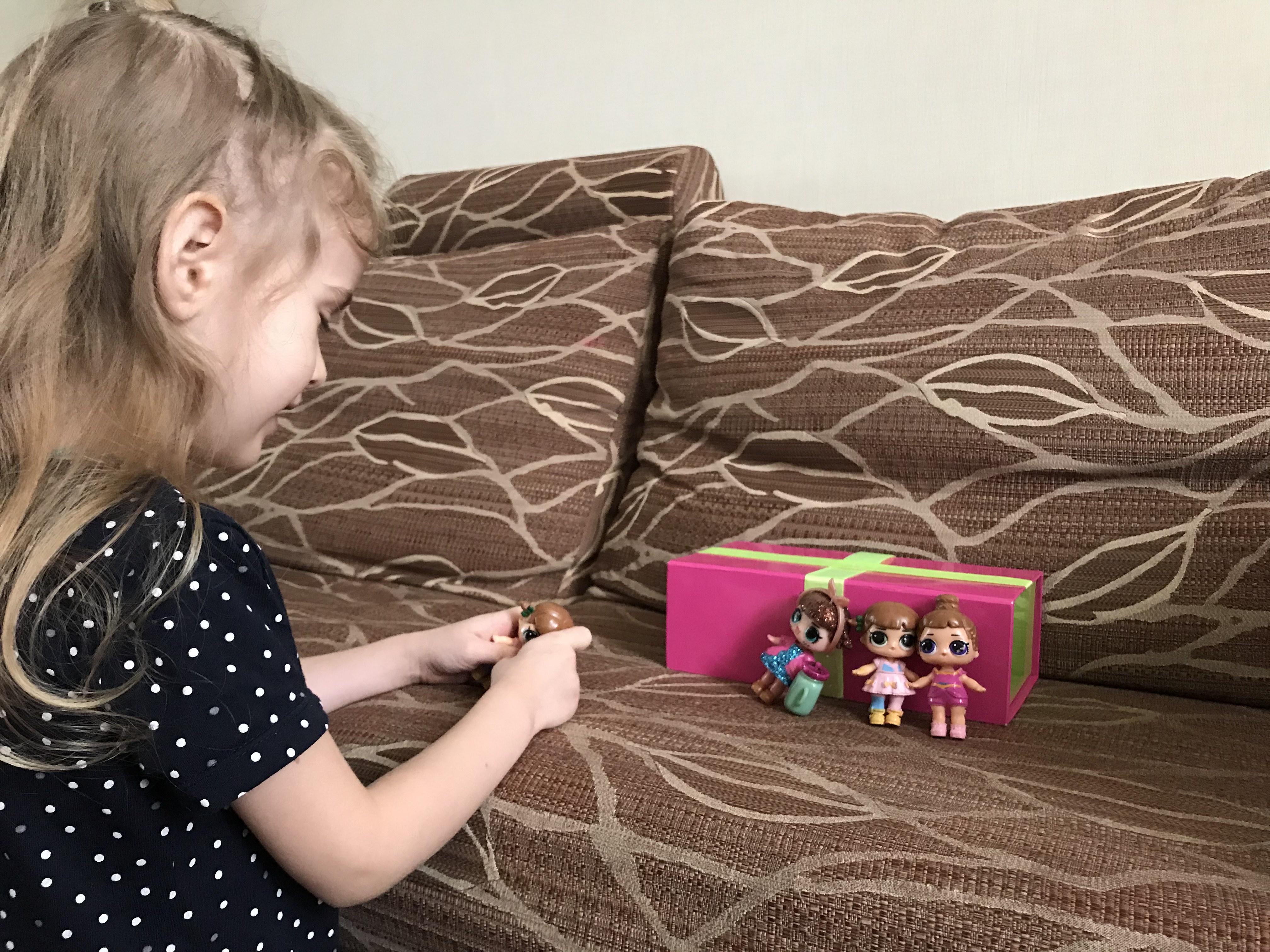 дівчина грає з ляльками